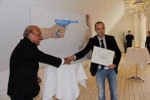800px-jury_president_jacques_seguela_and_winner_of_the_un_drop_by_drop_ad_competition_daniele_gaspari_1
