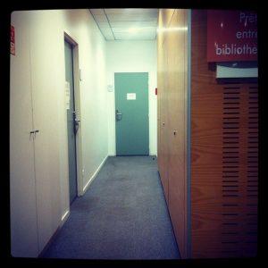 Couloir menant au service du Prêt entre bibliothèques. Béatrice Vogley. Tous droits réservés.